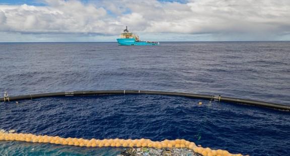 """Hệ thống """"bẫy"""" rác thải nhựa trên đại dương hoạt động thành công"""
