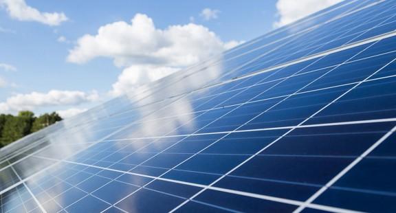 Phương thức mới làm sạch bụi trên các tấm pin mặt trời