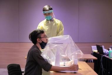 Sử dụng robot lấy mẫu xét nghiệm Covid-19