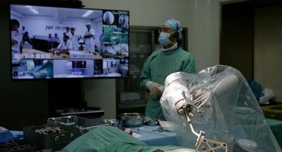 Robot phẫu thuật bàng quang từ xa qua mạng 5G