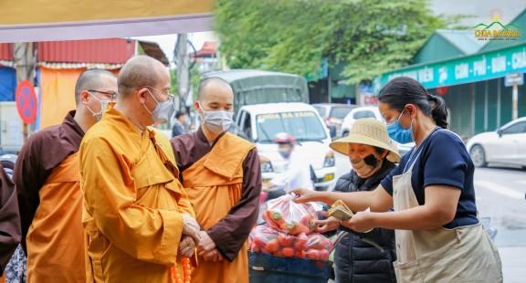 Phật tử chùa Ba Vàng giải cứu nông sản Hải Dương