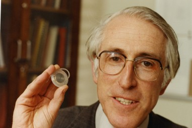 Graeme Clark: Cấy ghép ốc tai điện tử